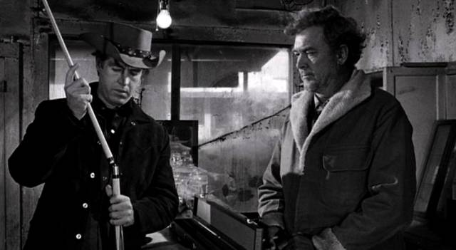 """Clu Gulager als Öl-Arbeiter Abilene und Ben Johnson als Sam """"der Löwe"""" in der Billard-Halle"""