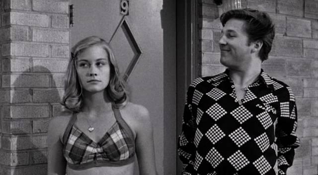 Cybill Shepherd und Jeff Bridges als junges Paar nach dem ersten Sex vor der Tür eines Motel-Appartements
