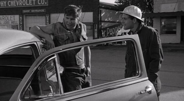 Jeff Bridges und Timothy Bottoms als zwei der jungen Erwachsenen von Anarene an einem Auto