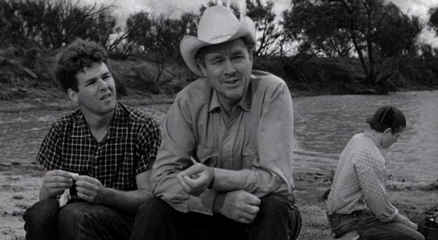 Timothy Bottoms und Ben Johnson sitzem an einem See