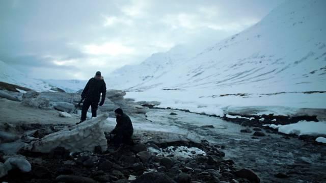 zwei Minenarbeiter stehen über einem freigelegten Fossil, Copyright: British Sky Broadcasting