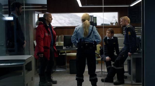Morton und die Polizisten von Fortitude stehen im Büro