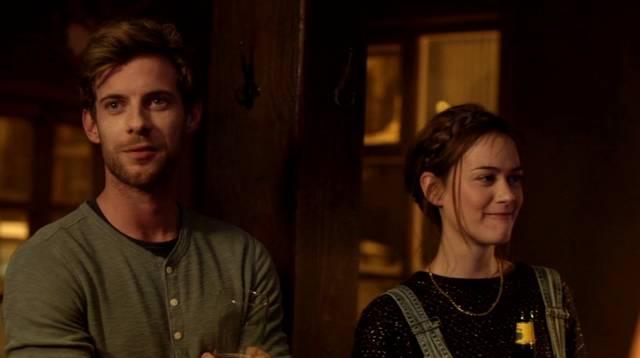 der Forscher Vincent und die Polizistin Ingrid in einer Bar