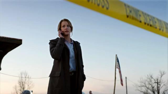 Anna Gunn als Detective Ellie Miller am Tatort, Copyright: Shine Television