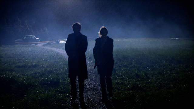 Carver und Miller sind im Dunkeln dem mutmaßlichen Täter auf der Spur, Copyright: Shine Television