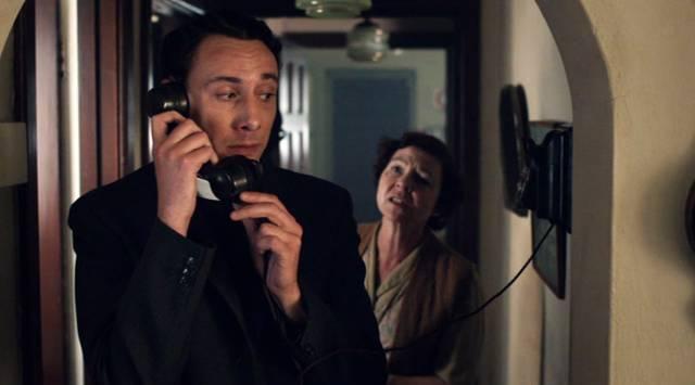 Al Weaver als Sidneys nerdiger Assistent und Tessa Peake-Jones als mürrische Vermieterin, Copyright: Lovely Day