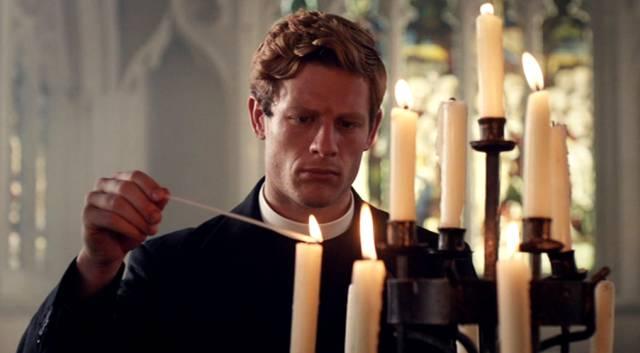 James Norton als Pfarrer Sidney Chambers, der in der Kirche gerade die Kerzen anzündet, Copyright: Lovely Day