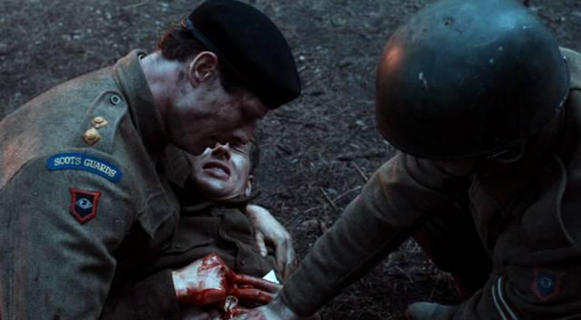 Sidney während eines Rückblicks als Offizier der Scots Guard über einem tödlich Verwundeten kliend