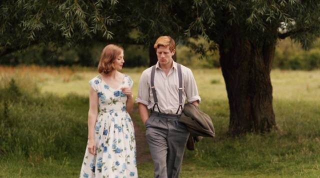 in bedrückter Stimmung wandelt Sidney mit seiner Freundin Hildegard eine Allee entlang