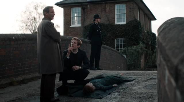 Geordie und Sidney beraten sich über einer Leiche auf einer Brücke