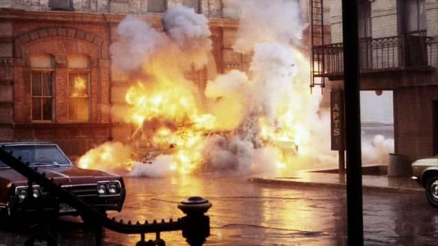 ein Fahrzeug explodiert vor einem Gebäude