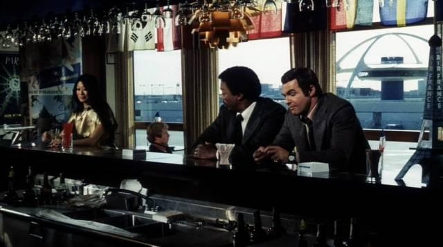 Paul Winfield und Burt Reynolds warten in der Flughafen-Bar