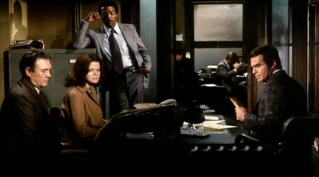 Belgrave und Gaines in ihrem Arbeitszimmer mit den Eltern der Verstorbenen, Copyright: Paramount