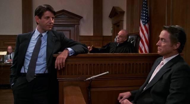 Peter Coyote als Staatsanwalt im Gerichtssaal an der Zeugenbank