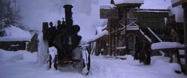 eine Dampfmaschine bahnt sich ihren Weg durch den Schnee, Copyright: Warner