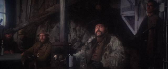 eine Gruppe Männer sitzt im Saloon