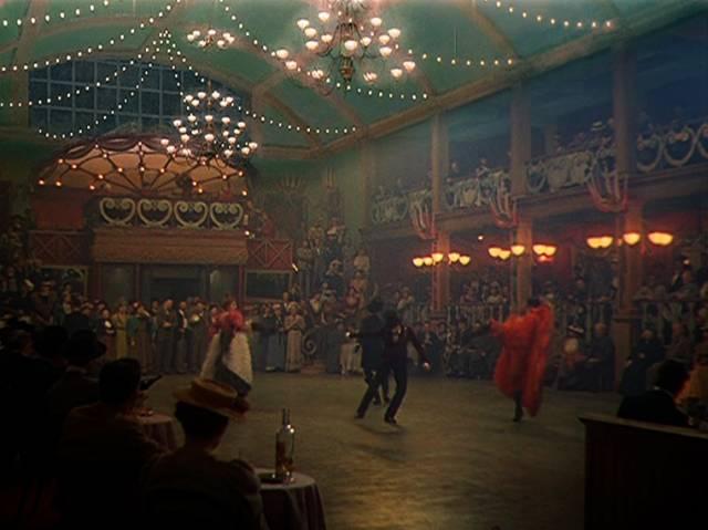 """Tanz vor großem Publikum im """"Moulin Rouge"""""""