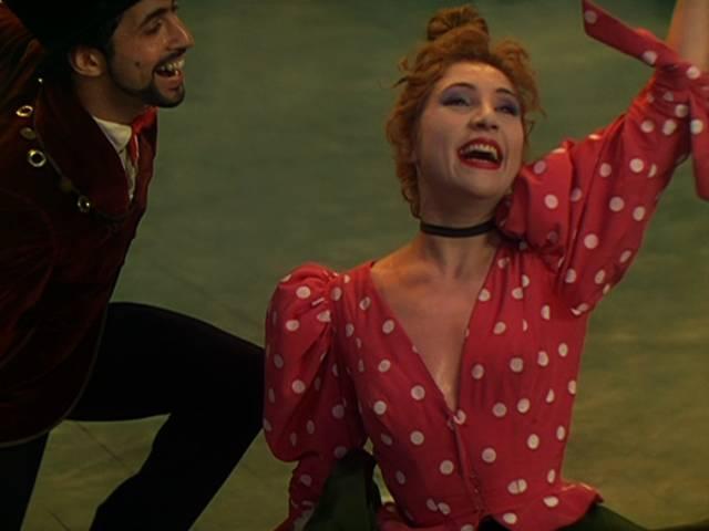 ein Tänzer auf der Bühne mit der Tänzerin La Goulue, Copyright: Romulus Films