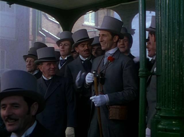 eine Gruppe von Herren mit Zylinder beim Pferderennen