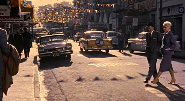 Frank Sinatra und Kim Novak überqueren eine Straße in San Francisco