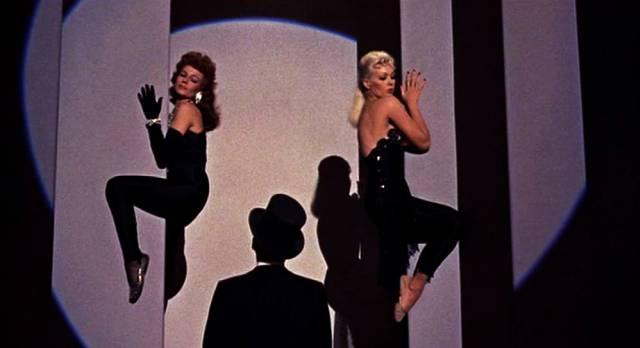 Rita Hayworth, Frank Sinatra und Kim Novak auf der Bühne während einer Darbietung