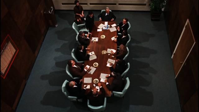 der große Konferenztisch im Redaktionsbüro aus der Vogelperspektive, Copyright: Warner