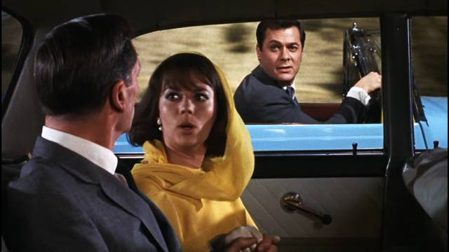 Natalie Wood und Tony Curtis in zwei unterschiedlichen Fahrzeugen