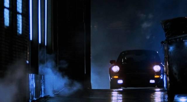 Porsche in einer dunklen Gasse