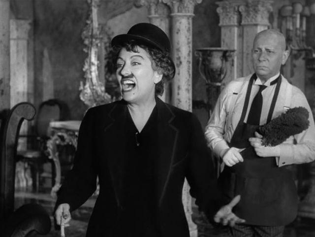 Gloria Swanson in der Verkleidung von Charlie Chaplin und Erich v. Stroheim