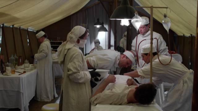 das Lazarettpersonal bei einer Operation im Zelt
