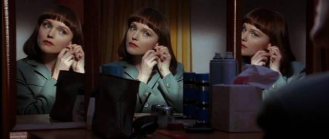 Miranda Richardson als IRA-Killerin Jude, die sich vor einem Spiegel schminkt