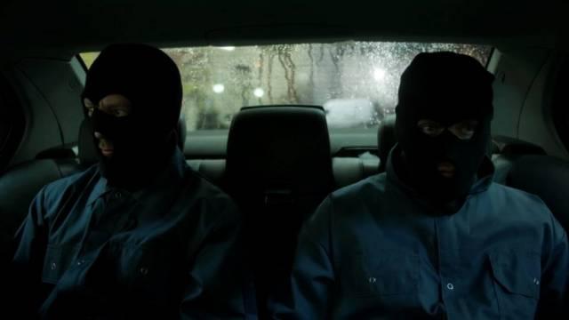 """zwei maskierte Handlanger von """"The Horse"""" auf der Rückbank des 3er BMW"""