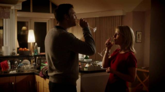 David Morrissey und Claudie Blakley als Ehepaar McKee in der Küche mit einem Glas Sekt, Copyright: Acorn