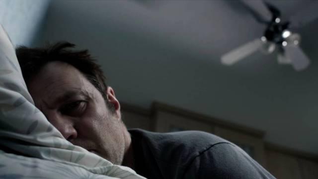 David Morrissey als depressiver Taxifahrer Vince McKee, der hier mit wachen Augen in seinem Bett liegt, Copyright: Acorn