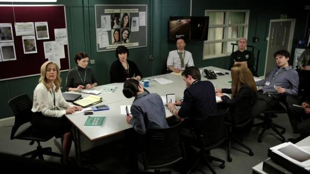 Gibson sitzt mit den Mitgliedern ihrer Ermittlereinheit am Konferenztisch, Copyright: Fall Productions