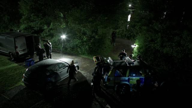 die Polizei bei der nächtlichen Suche nach Beweisstücken