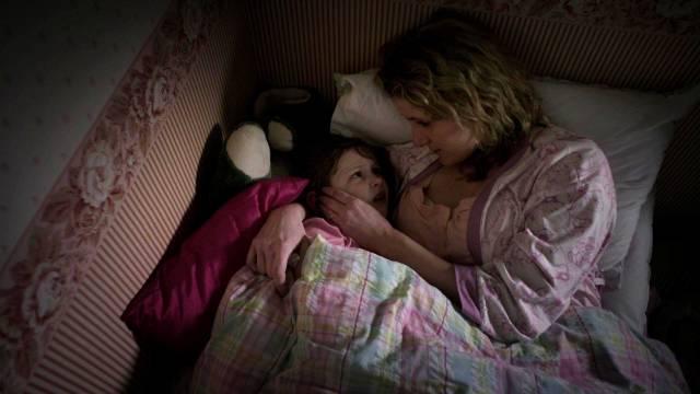 Sally Ann Spector kümmert sich um ihre Tochter, Copyright: Fall Productions