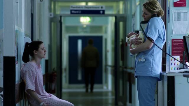 Bronagh Waugh telefoniert an ihrer Arbeitsstätte auf der Station für Frühgeborene