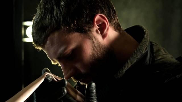 Jamie Dornan riecht an einem Seidentuch