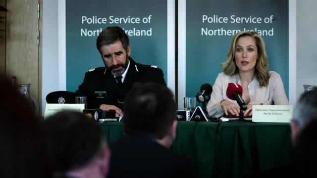 John Lynch und Gillian Anderson halten eine Pressekonferenz ab