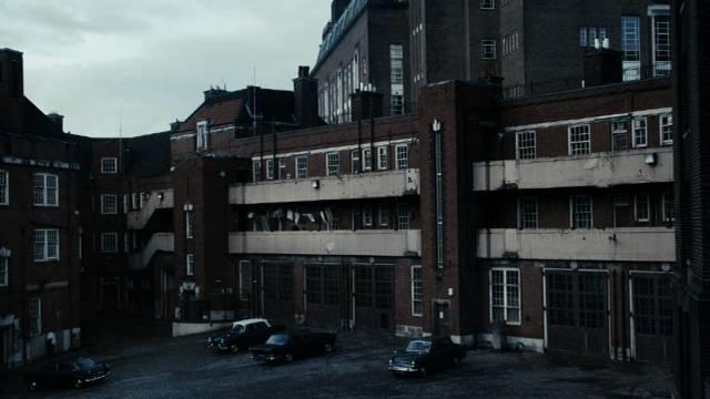 ein Hinterhof irgendwo im London der 1970er Jahre