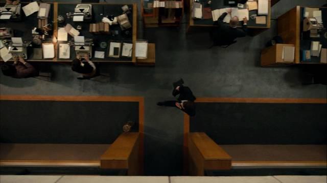 bisweilen blickt die Kamera auch in geschlossenen Räumen von oben auf das Geschehen herab