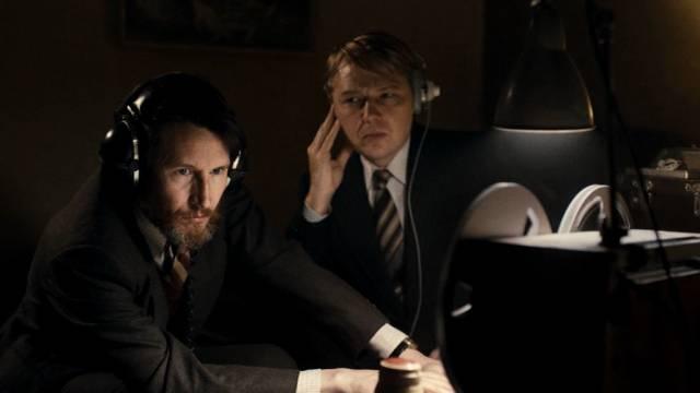 """der geniale Abhörexperte Alan Montag (Jonathan Aris) und DC Jim Fenchurch (Shaun Dooley) überwachen ein  """"Objekt"""""""