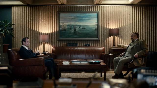 """Bobby Waterhouse (Paul Ritter) und """"Daddy"""" (Brian Cox) sitzen sich gegenüber"""