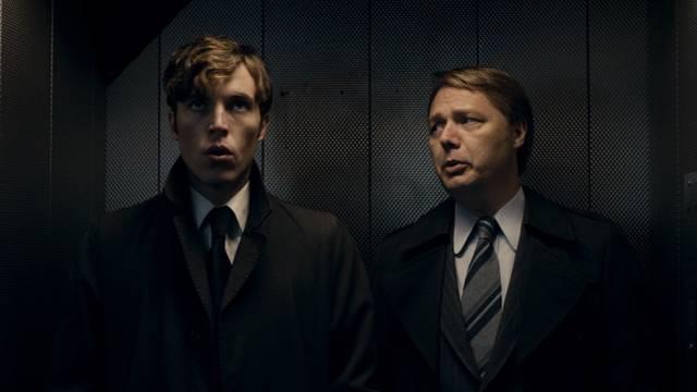 Geheimagent Joe Lambe und Polizist Jim Fenchurch im Fahrstuhl, Copyright: BBC Worldwide