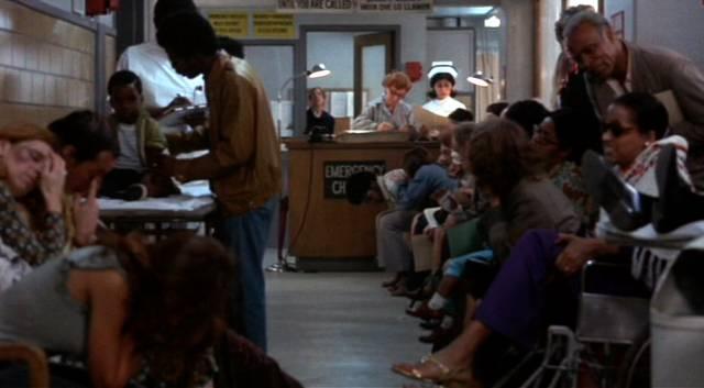 der überfüllte Wartebereich an der Klinikrezeption, Copyright: Simcha Productions