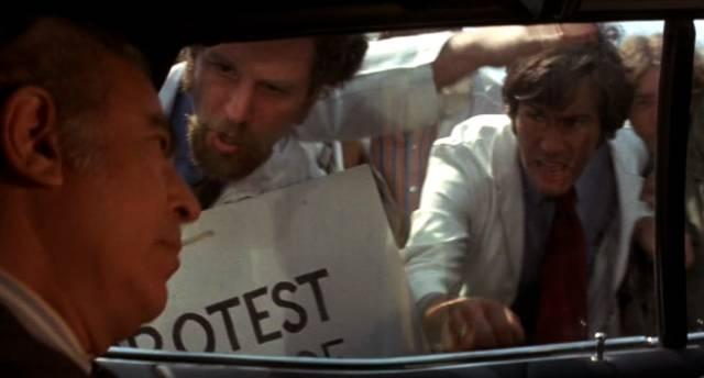 demonstrierende Ärzte belagern die Limousine des Klinikdirektors, Copyright: Simcha Productions
