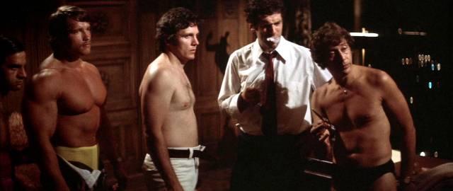 Marlowe umgeben von Gangstern, von denen einer von Arnold Schwarzenegger gespielt wird