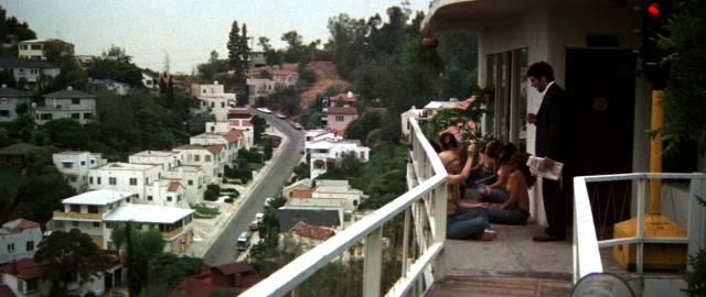 Marlowe erkundigt sich bei seinen Nachbarinnen, Copyright: MGM