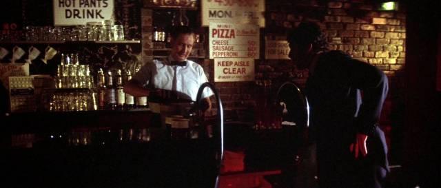 Marlowe unterhält sich mit einem Barkeeper